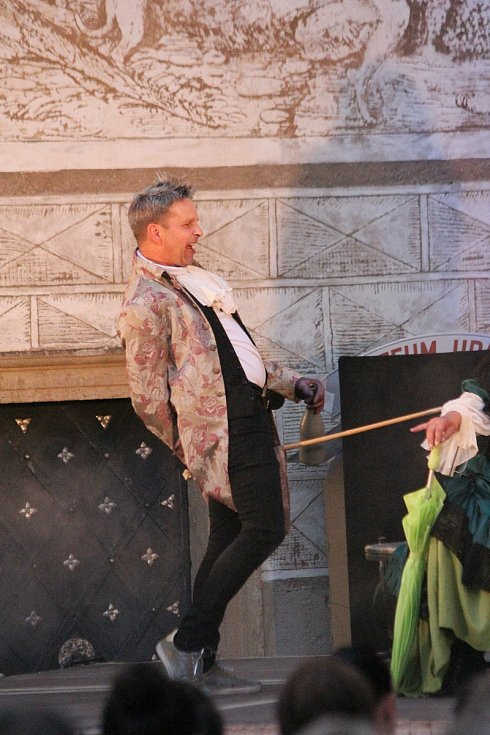 Z představení Kráska na scéně. Jako kulisy sloužila také zámecká okna