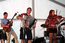 Kapela Meckie Messer Band na nádvoří boleslavského hradu.