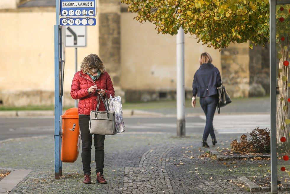 """Boleslavská autobusová zastávka """"9. května, U parkoviště"""" ve čtvrtek 22. října 2020."""