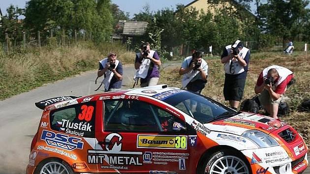Posádka Antonín Tlusťák - Jan Škaloud byla na Barum rally středem zájmu fotoreportérů.
