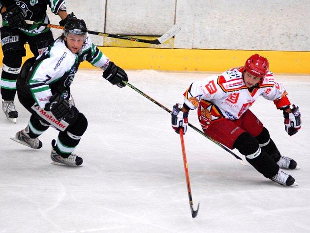 Při utkáních boleslavských a hradeckých hokejistů došlo k soubojům ještě nedávno spoluhráčů, obránce Václava Drábka (vlevo) a útočníka Jiřího Kadlece (vpravo).