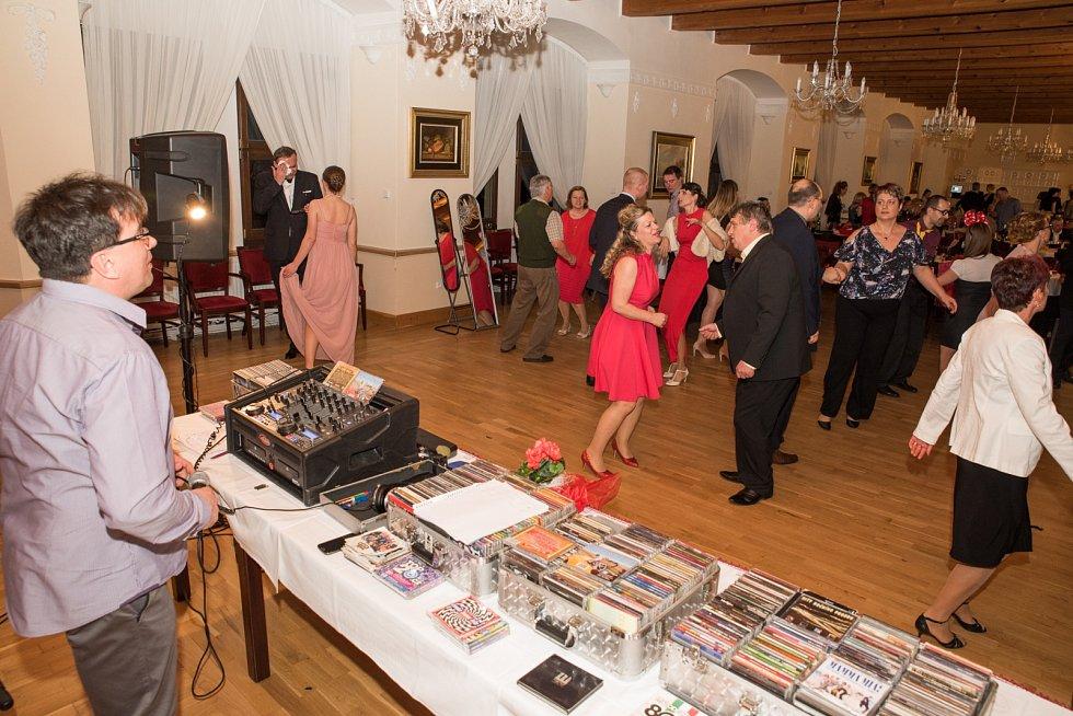 Charitativní ples ve Vinařicích