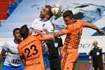 Fotbalisté Baníku Ostrava (v modro-bílém) v duelu 28. kola FORTUNA:LIGY s Mladou Boleslaví (2:1). V souboji o míč Nemanja Kuzmanović.