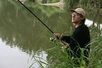 Rybáři tahali o víkendu z vody i desítky centimetrů velké ryby