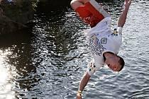 Petr Manďák při skoku z 16timetrové výšky do vody.