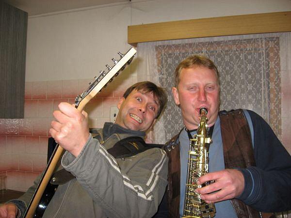 Zleva: kytarista Roman Kopáček a klávesista, saxofonista Radomír Psota, dělají z vystoupení obrovskou show.
