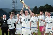 Fotbalisté Mladé Boleslavi takto slavili zisk poháru v MOL Cupu v loňské sezoně.