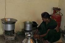V dětském domove Vasantrao Naik v Indii se jídlo pro děti připravuje na zemi. Pořádaná sbírka by to mohla změnit