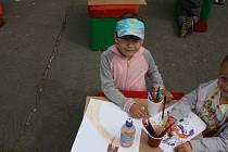 Děti řádily v přírodním malířském ateliéru.