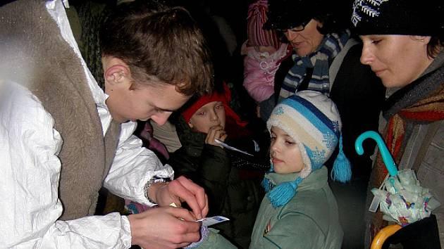 Podvečer se skřítky navštívily stovky dětí.