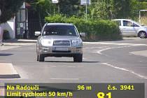 Řidič se kolem školy řítil velkou rychlostí