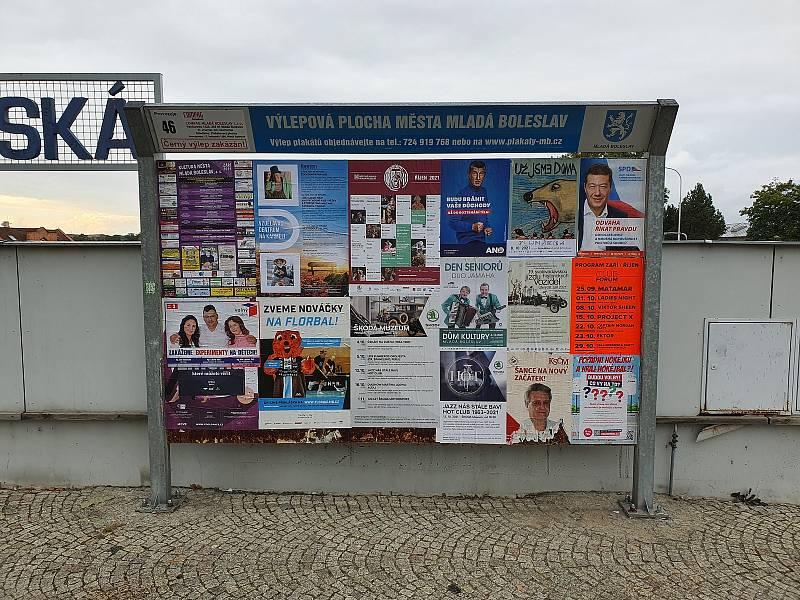Volný blok přelepil svými plakáty načerno zaplacenou propagaci konkurence v Mladé Boleslavi.