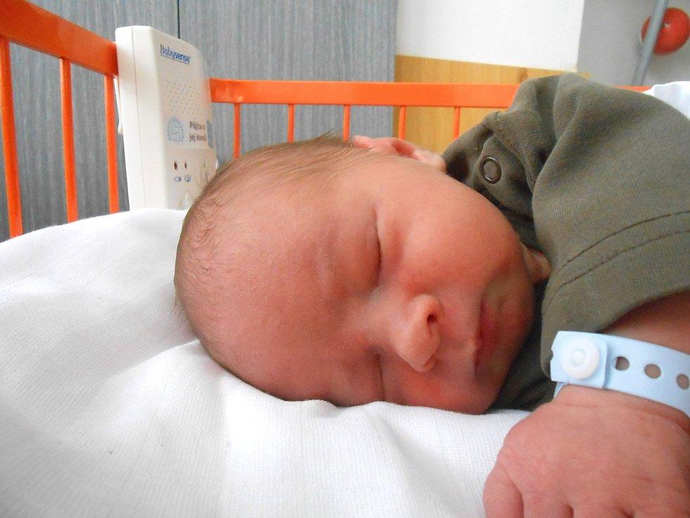 VALENTYN Leuciuc se narodil 17. listopadu, vážil 3,63 kg a měřil 50 cm. Maminka Jindra a tatínek Valentin si ho odvezou domů do Chotětova, kde už se na něj těší bráška Kuba.