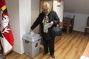 """""""Klidně nás vyfoťte, ať lidi vidí, že se tady chodí volit,"""" řekla členka komise sedící na kraji stolu. A opravdu, během krátké chvíle odevzdalo svůj hlas přes deset občanů Března."""
