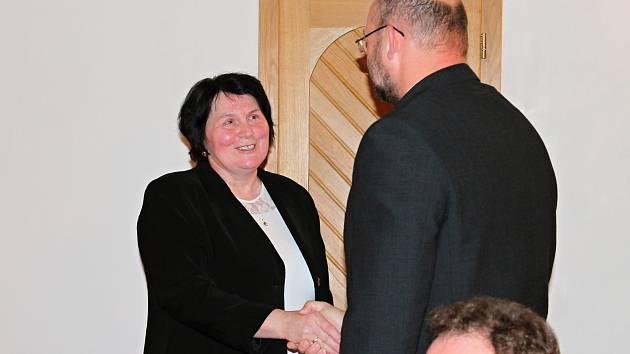 Starostka Jana Bímová předává funkci Tomáši Sedláčkovi.