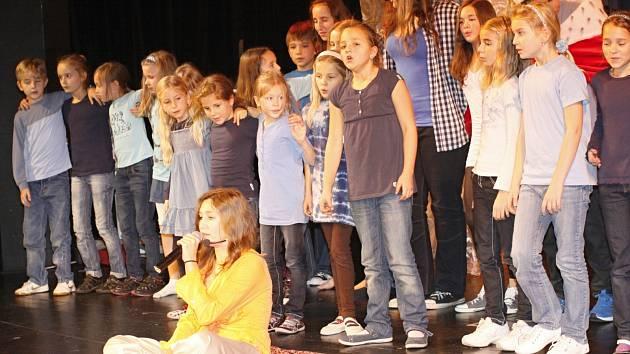 Děti z pěveckého sboru Paprsek zpívají soutěžní píseň Létající koberec