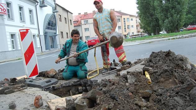 V Husově ulici v Mladé Boleslavi se provádí celková výměna kanalizační vpustě. Ta současná, tvořená z cihel, je již stará a padající cihly ucpávají odtokové trubky.