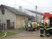 Požár objektu bývalé autodílny v Bukovně.