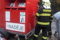 Záchrana muže uvízlého v kontejneru na textil v ulici Mileny Hážové v Mladé Boleslavi.