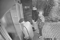 Tito dva mladíci okradli seniora o dva tisíce korun