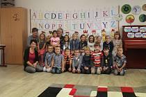 Žáci 1.A ZŠ Bakov nad Jizerou, třídní učitelka Ilona Dvořáková, asistentka pedagoga Zuzana Hýzlerová a ředitelka školy Petra Kremlová