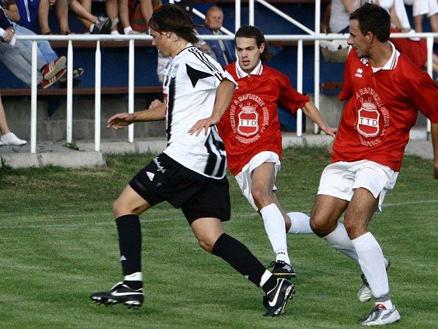 Dobrovičtí hráči Hrdina (uprostřed) a Miškovský (vpravo) se proti Chocni neprosadili.