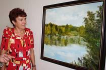 Marie Dürrová si společně s Jiřím Rýdlem prohlíží jeden z vystavených obrazů Jiřího Červinky v bakovském muzeu.