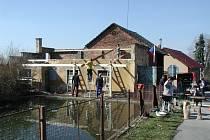 Hasiči během prací na nové střeše hasičárny.