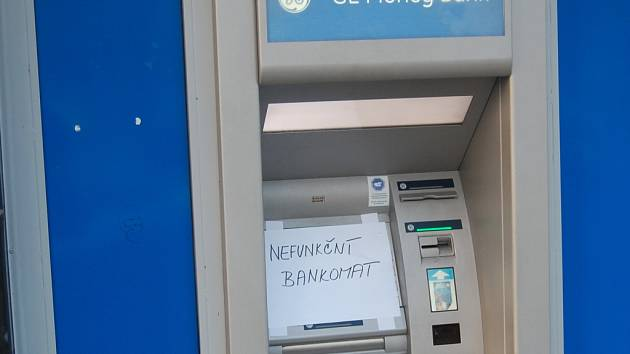 Bankomat, kde byla nalezena čtečka karet a minikamera.