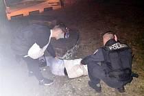 Strážníci objevili čerstvě plnoletou dívku v parku namol opilou.