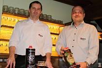 Ředitel Pivovaru Svijany Roman Havlík a sládek Petr Menšík představují zbrusu nový pivní obal.