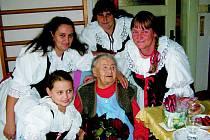 Baráčnice z Mnichova Hradiště přišly poblahopřát ke 104. narozeninám své čestné panímamince.