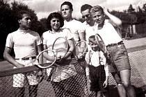 Tenisový klub Dobrovice, rok 1943, Růžička, Vánová, Štafl, Kelbich, Macas..