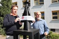 Odhalení sochy Pavla a Tomáše Kverkových v atriu nemocnice