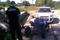Strážníci městské policie při kontrole řidičů čtyřkolek.
