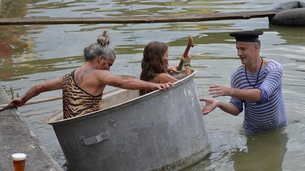 Tradičního klání na rybníku Pískovák se letos sice zúčastnilo jen pět soutěžních posádek, podívaná to však byla veselá jako vždy.