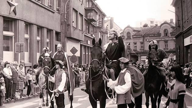Úspěšná divadelní hra Cesta Karla IV. do Francie a zpět v provedení divadelního souboru Tyl. Turnovská ulice, 80. léta.