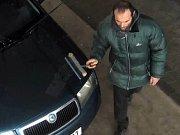 Boleslavští policisté pátrají po neznámé muži, který během letošního ledna tankoval pohonné hmoty do vozidla Škoda Fabia modré pastelové barvy, se kterým následně opakovaně ujížděl bez placení.