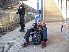 Zraněný muž rozdýchával následky střetu s vlakem na zemi.