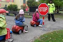 Mobilní dopravní hřiště, s nímž jezdí policisté za dětmi