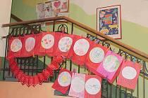 NA VALENTÝNSKÝCH mandalách pracovaly děti z dětského domova zhruba týden. Teď jim zdobí schodiště vedle společenské místnosti.