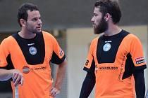 JAN NATOV (vpravo) společně se svým reprezentačním a nyní i klubovým spoluhráčem Jiřím Curneyem během úvodního přípravného utkání proti FBC Liberec (17:5).