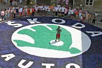 Děti a učitelé ze Základní školy Kosmonosy sestavili 15 metrů velké logo Škody Auto a zapsali se do české knihy rekordů.