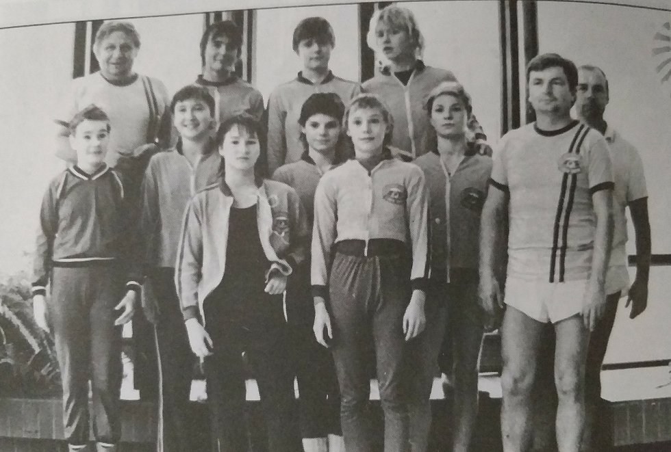 Ženy plaveckého oddílu, které vyhrály soutěž družstev sezóně 1983/84