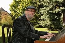 Josef Škaloud piano naladil a pak na něj také jako první zahrál.