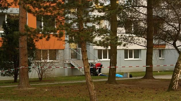 Kriminalisté ohledávají tělo v ulici U Stadionu.