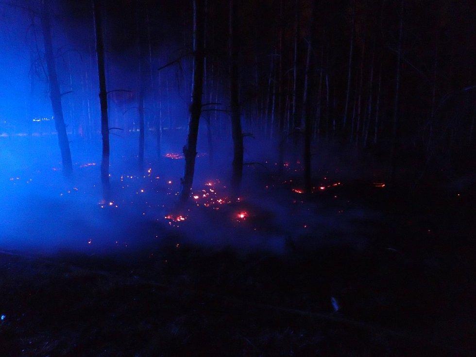 Noční požár lesní hrabanky u Brodců