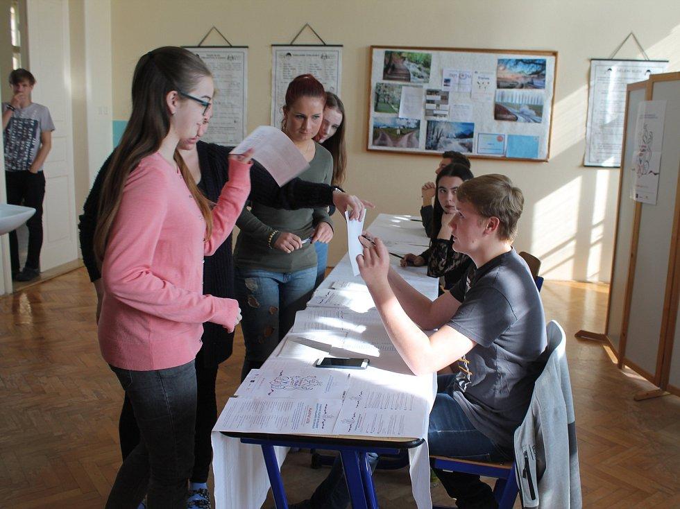 Studentské volby se uskutečnily ve středu i na mladoboleslavském gymnázium Dr. Pekaře.