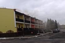 Kouř z komínů v ulicích Bělé pod Bezdězem.