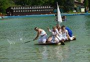 Druhý ročník Bělské regaty, tedy závodu netradičních plavidel, se konal v sobotu na koupališti v Bělé pod Bezdězem.